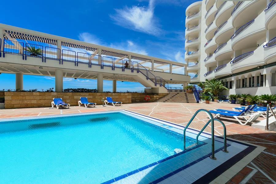 Piscina y playa del hotel playa victoria en c diz for Piscina de cadiz