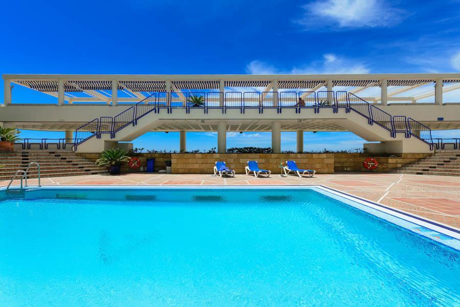 Piscina y playa del hotel playa victoria en c diz for Piscinas vitoria