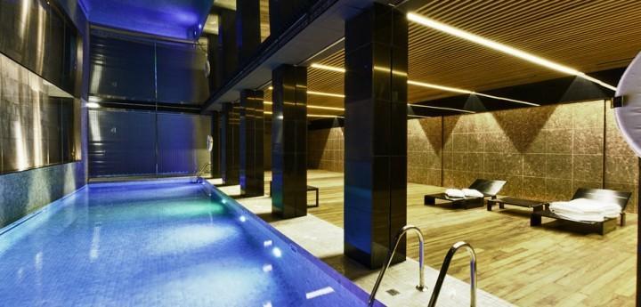 Piscina interior y exterior del hotel alfonso zaragoza for Piscina interior